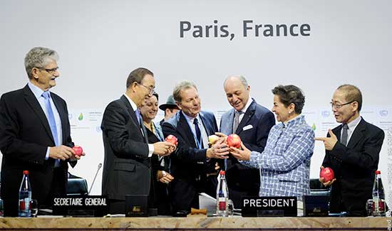 Government ministers admire their COP21-illustrated apples. Photo: Arnaud Bouissou